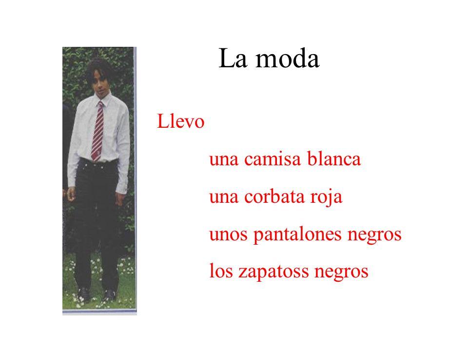 La moda Llevo una camisa blanca una corbata roja unos pantalones negros los zapatoss negros