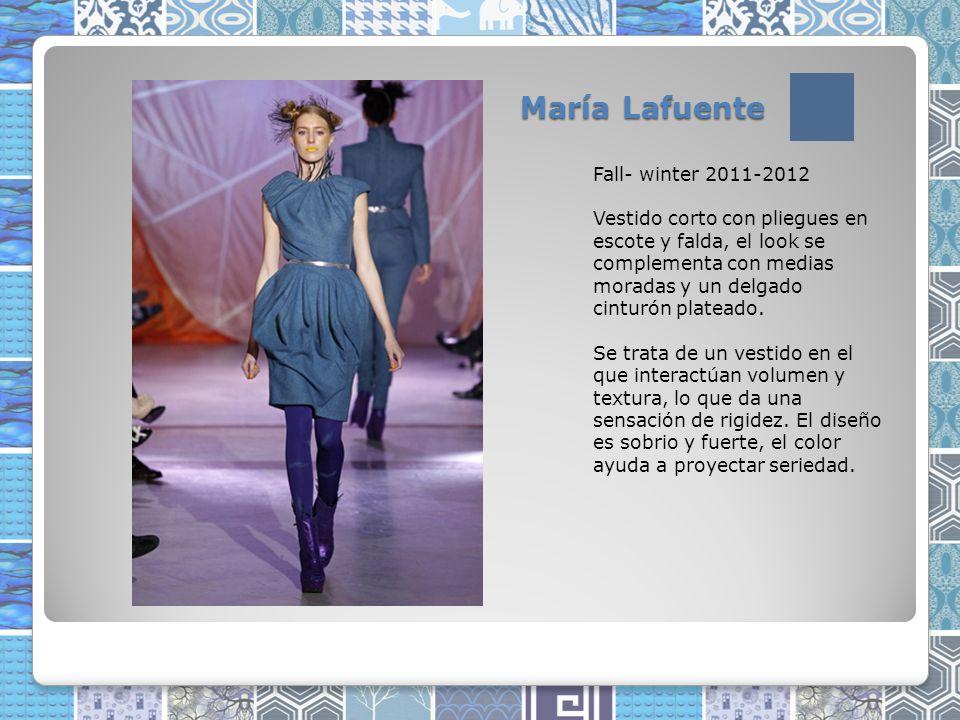 María Lafuente Fall- winter 2011-2012 Vestido corto con pliegues en escote y falda, el look se complementa con medias moradas y un delgado cinturón plateado.