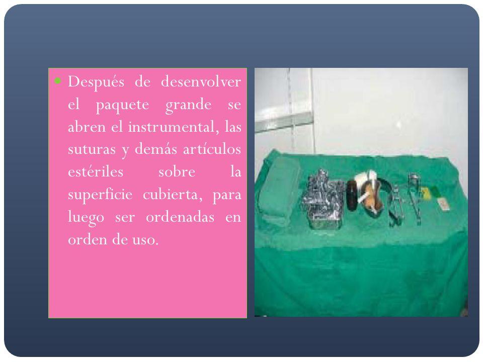 Después de desenvolver el paquete grande se abren el instrumental, las suturas y demás artículos estériles sobre la superficie cubierta, para luego se