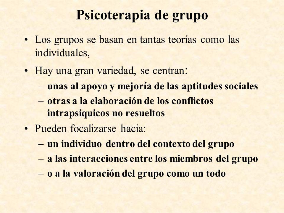 Psicoterapia de grupo Los grupos se basan en tantas teorías como las individuales, Hay una gran variedad, se centran : –unas al apoyo y mejoría de las