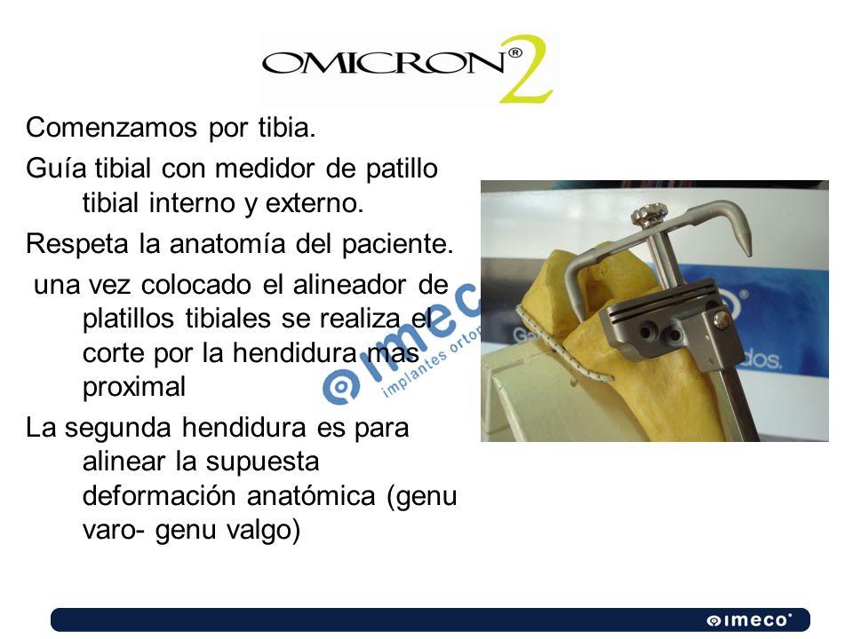Comenzamos por tibia. Guía tibial con medidor de patillo tibial interno y externo. Respeta la anatomía del paciente. una vez colocado el alineador de