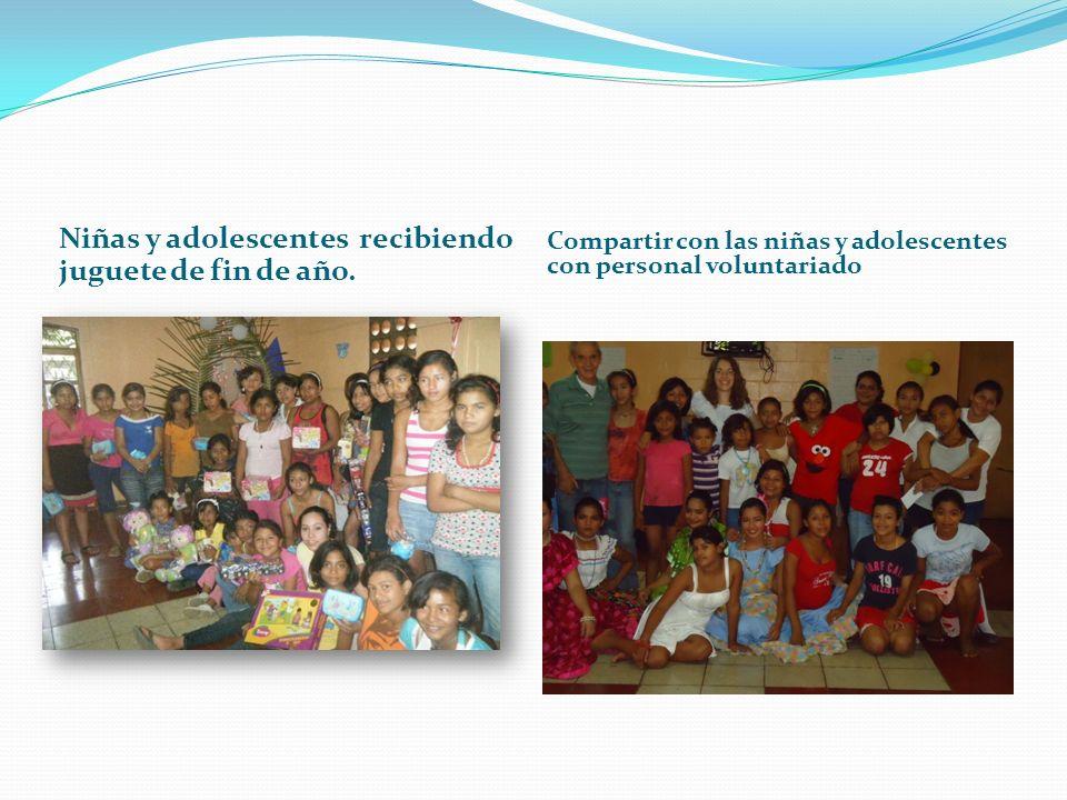 Niñas y adolescentes recibiendo juguete de fin de año. Compartir con las niñas y adolescentes con personal voluntariado