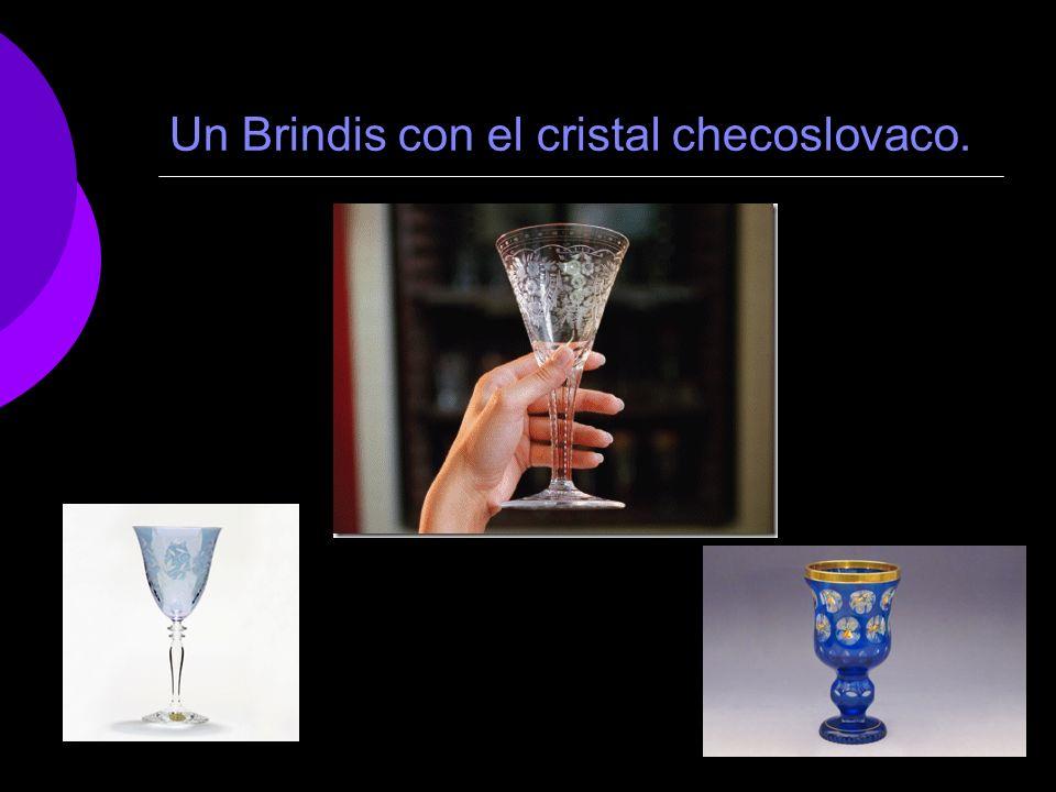 Un Brindis con el cristal checoslovaco.