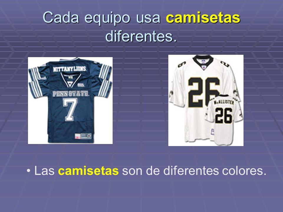Cada equipo usa camisetas diferentes. Las camisetas son de diferentes colores.