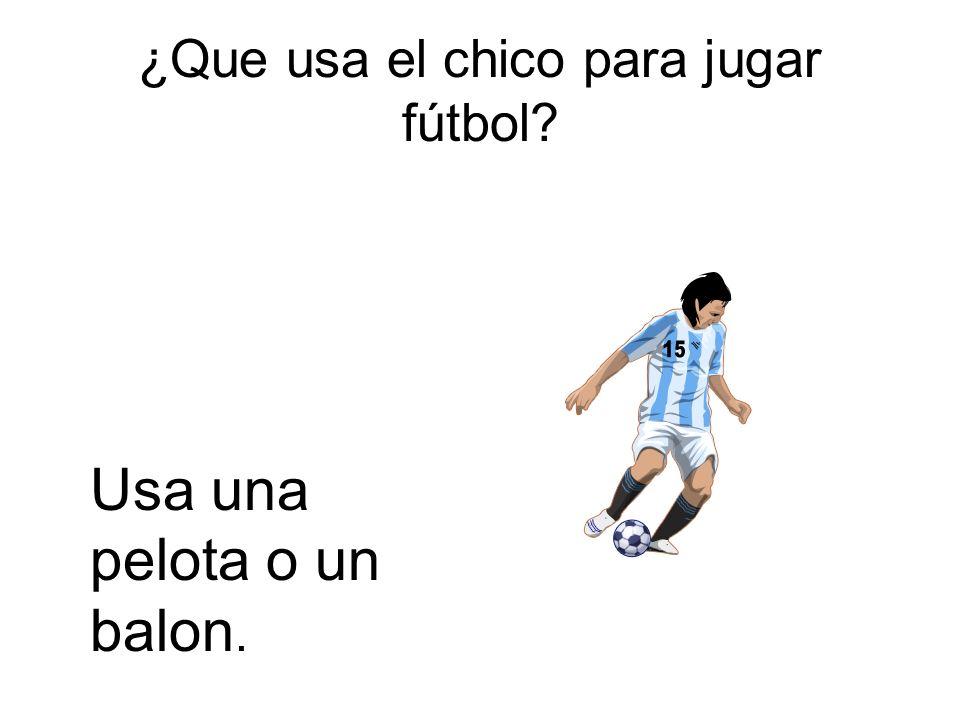 ¿Que usa el chico para jugar fútbol? Usa una pelota o un balon.