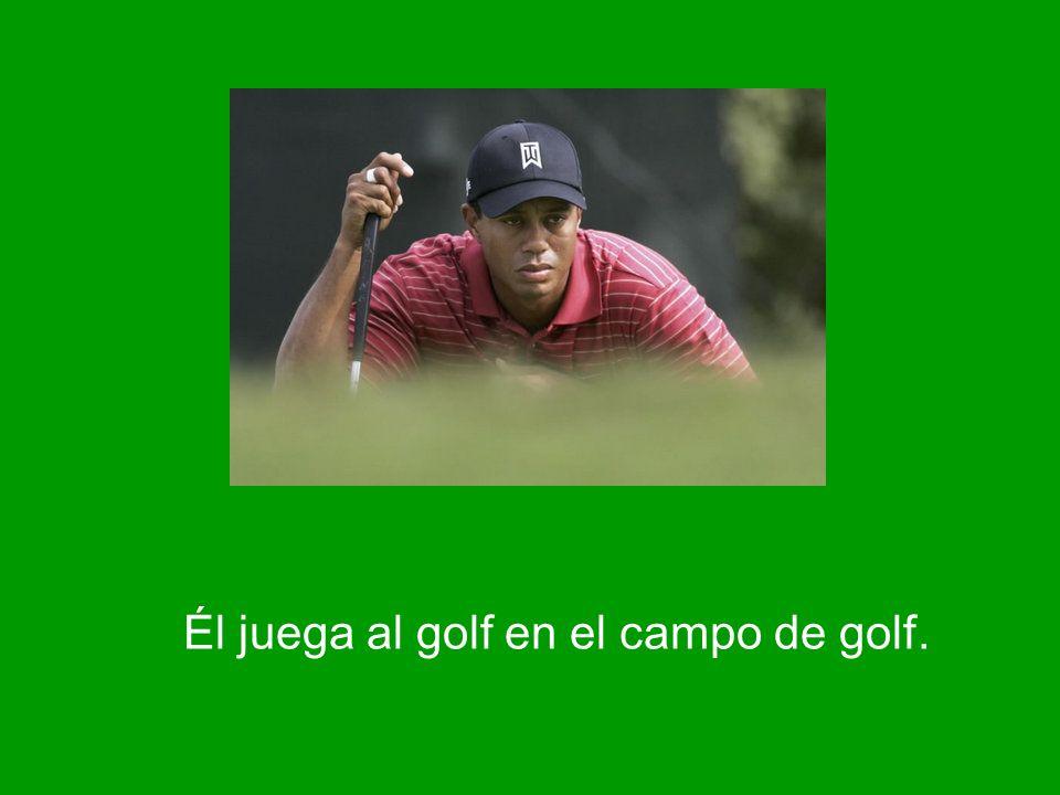 Él juega al golf en el campo de golf.