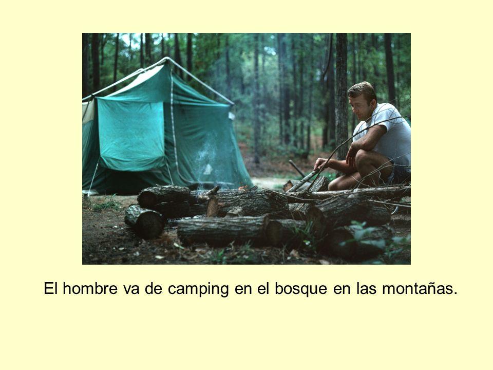 El hombre va de camping en el bosque en las montañas.