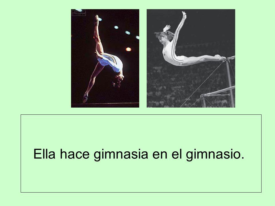 Ella hace gimnasia en el gimnasio.