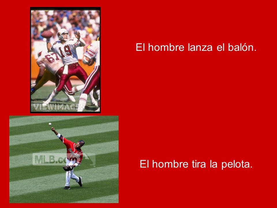 El hombre lanza el balón. El hombre tira la pelota.