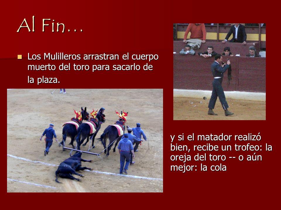 Finalmente, El matador entra a la plaza y baila con el toro. Una vez que el matador ha demostrado su maestría con el toro, que para ahora está casi an