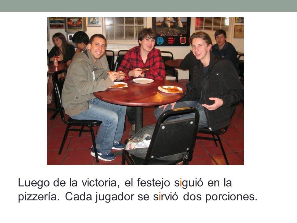 Luego de la victoria, el festejo siguió en la pizzería. Cada jugador se sirvió dos porciones.