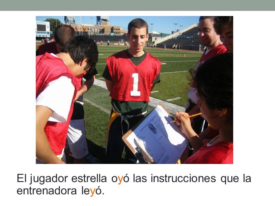 El jugador estrella oyó las instrucciones que la entrenadora leyó.