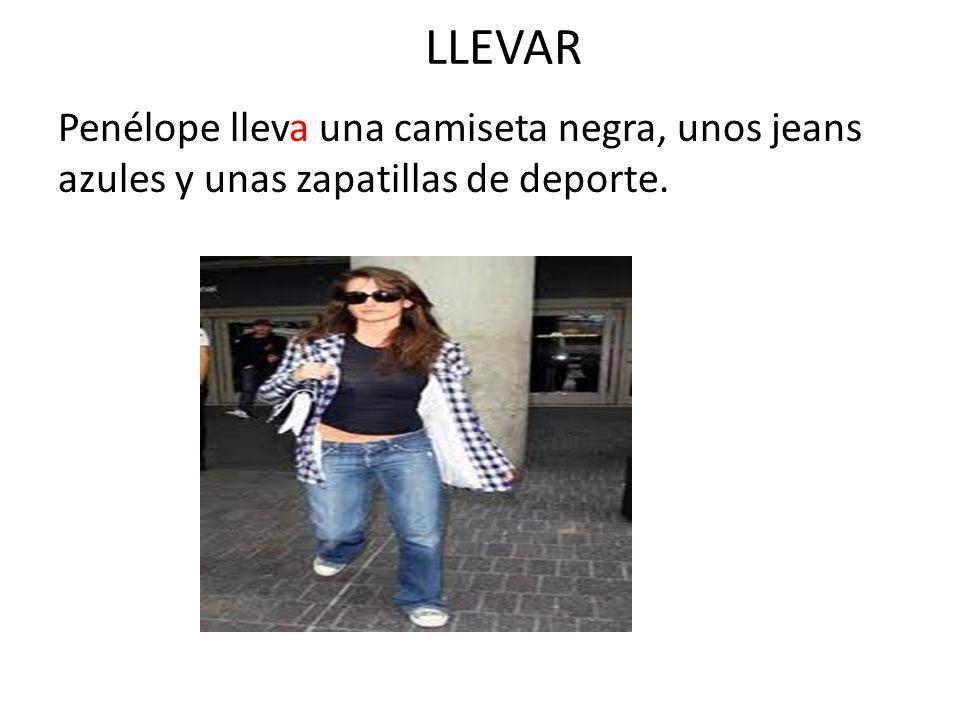 LLEVAR Penélope lleva una camiseta negra, unos jeans azules y unas zapatillas de deporte.