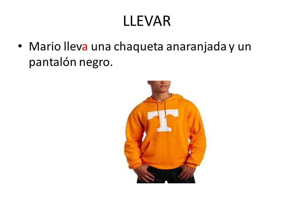 LLEVAR Mario lleva una chaqueta anaranjada y un pantalón negro.