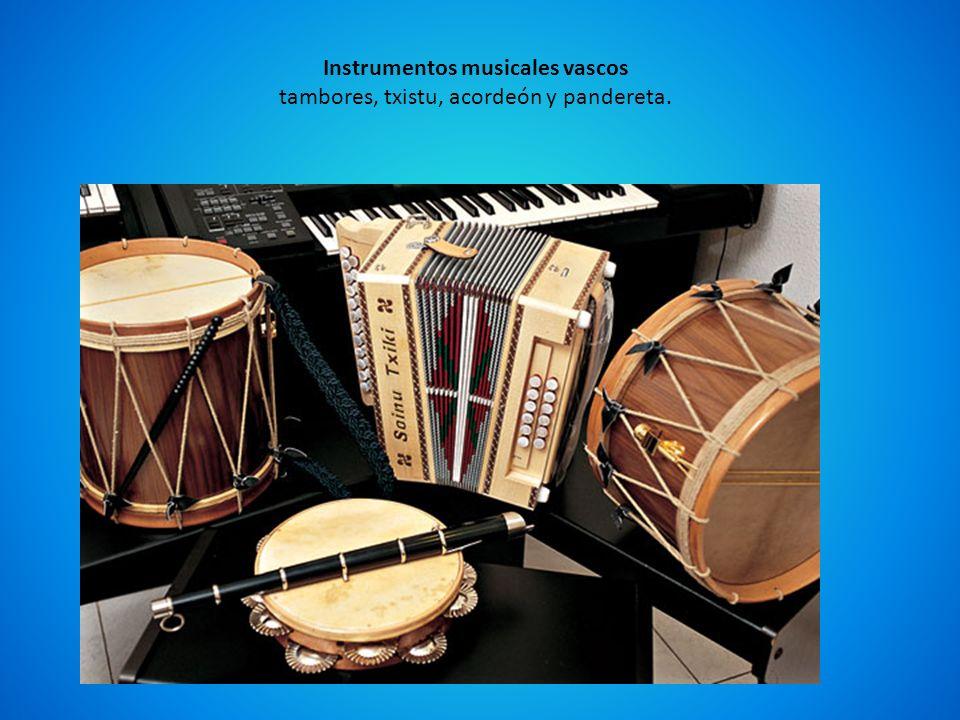 Instrumentos musicales vascos tambores, txistu, acordeón y pandereta.