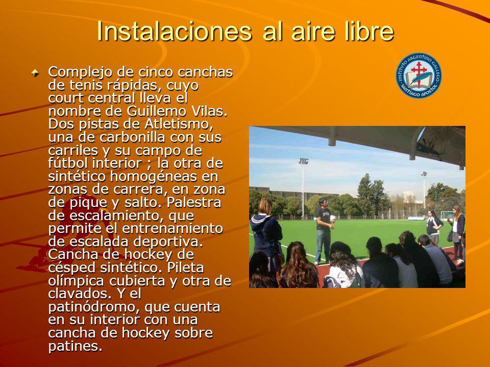 Instalaciones al aire libre Complejo de cinco canchas de tenis rápidas, cuyo court central lleva el nombre de Guillemo Vilas.