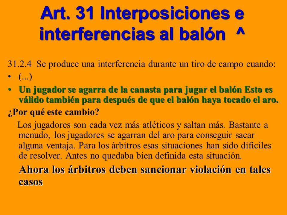 Art. 31 Interposiciones e interferencias al balón ^ 31.2.4 Se produce una interferencia durante un tiro de campo cuando: (...) Un jugador se agarra de