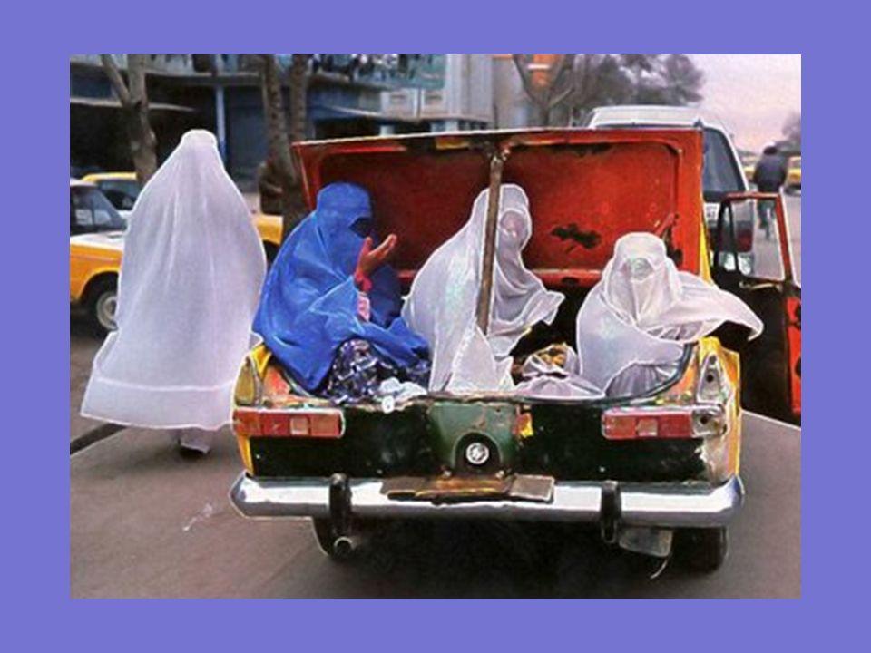 Las mujeres sólo pueden viajar en los maleteros de los taxis.