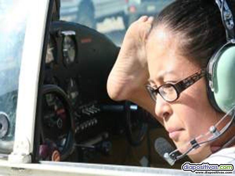 Jessica con 26 años y 1,55 mts de estatura, es la primera mujer piloto en la historia de la aviación que lo hace sin brazos.