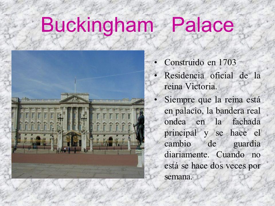 Buckingham Palace Construido en 1703 Residencia oficial de la reina Victoria. Siempre que la reina está en palacio, la bandera real ondea en la fachad