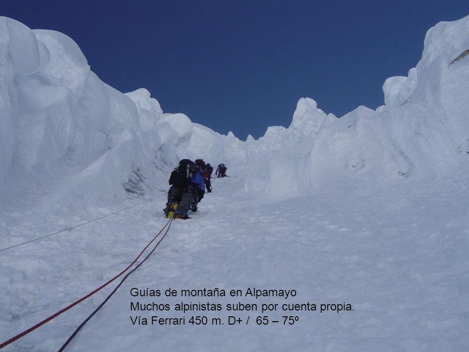 Guías de montaña en Alpamayo Muchos alpinistas suben por cuenta propia. Vía Ferrari 450 m. D+ / 65 – 75º