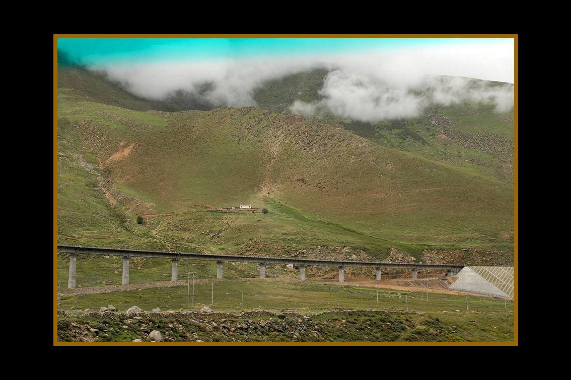 Lima – Huancayo El tren al Tibet alcanza los 5072 metros de altura, sobrepasando en 237 metros de altitud al tren del Perú: Lima – Huancayo ( alcanza 4835 metros) en Los Andes, por este motivo, el ferrocarril chino se ha convertido en el más alto del mundo.