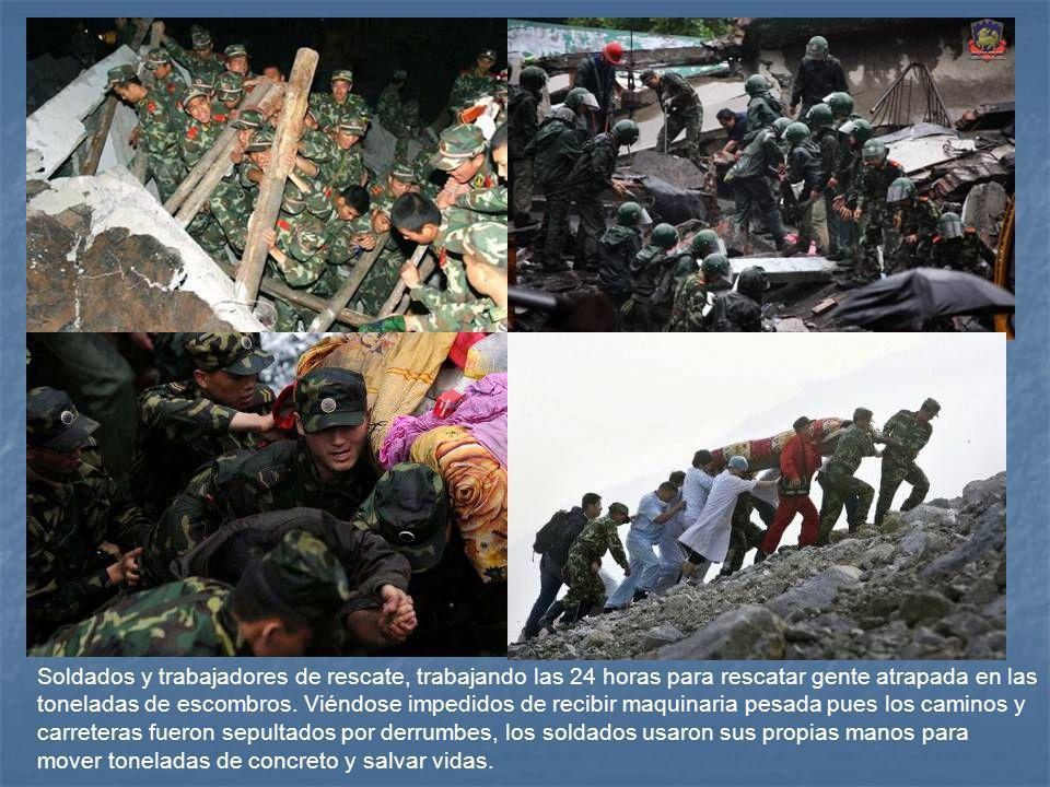 Soldados y trabajadores de rescate, trabajando las 24 horas para rescatar gente atrapada en las toneladas de escombros.