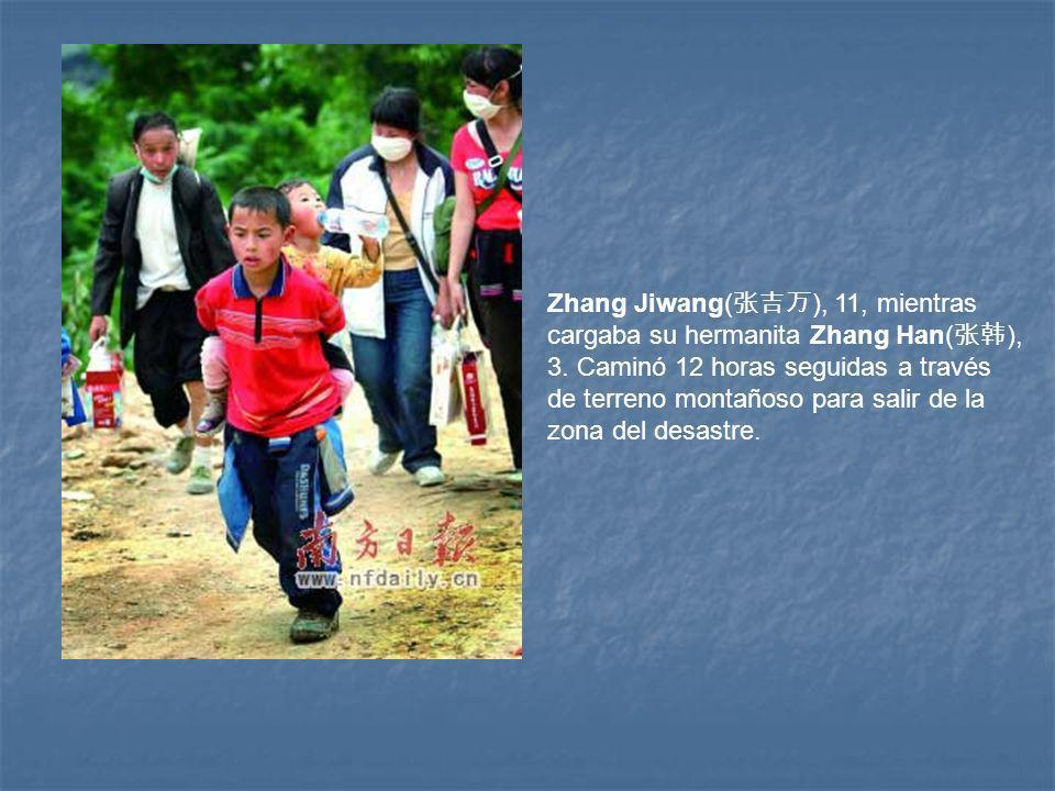 Zhang Jiwang( ), 11, mientras cargaba su hermanita Zhang Han( ), 3.