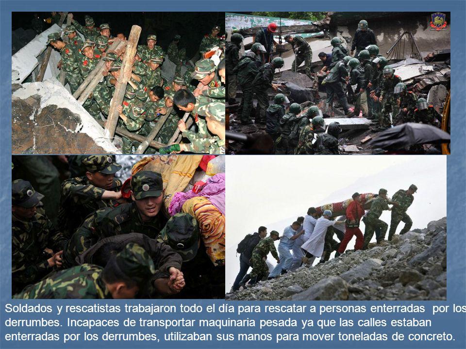 Soldados y rescatistas trabajaron todo el día para rescatar a personas enterradas por los derrumbes.