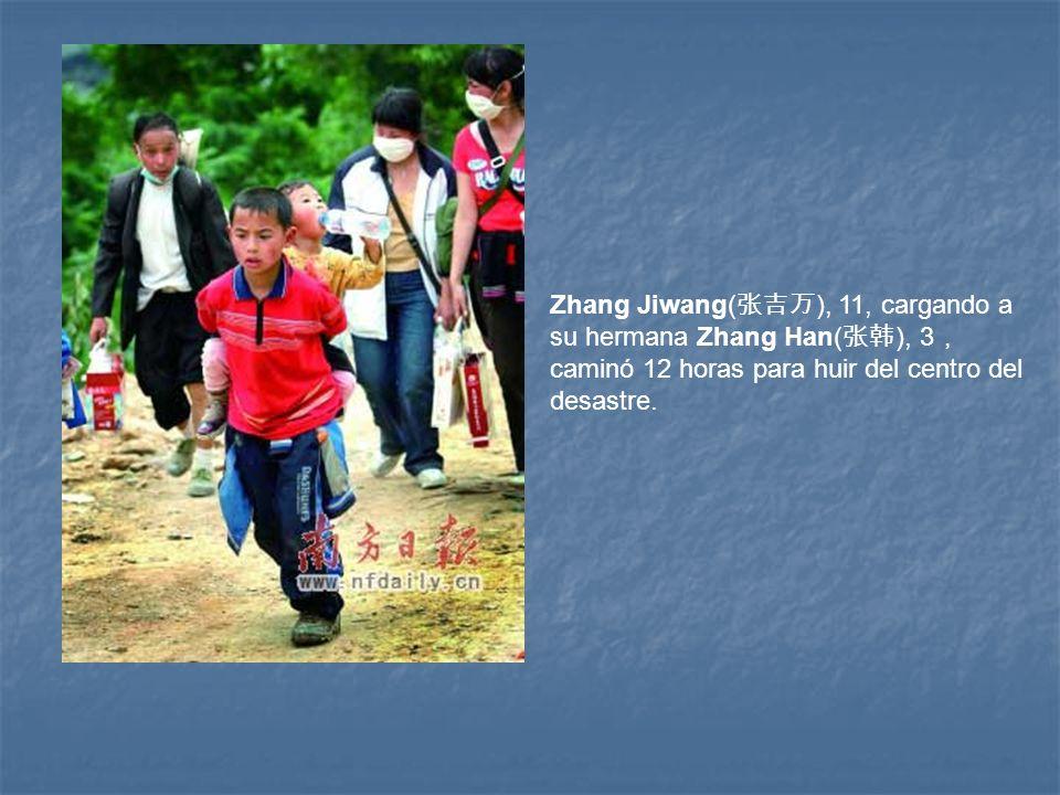 Zhang Jiwang( ), 11, cargando a su hermana Zhang Han( ), 3 caminó 12 horas para huir del centro del desastre.