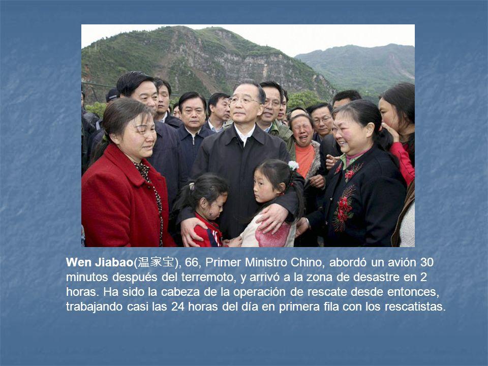 Wen Jiabao( ), 66, Primer Ministro Chino, abordó un avión 30 minutos después del terremoto, y arrivó a la zona de desastre en 2 horas.