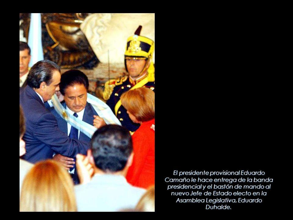 El presidente provisional Eduardo Camaño le hace entrega de la banda presidencial y el bastón de mando al nuevo Jefe de Estado electo en la Asamblea L
