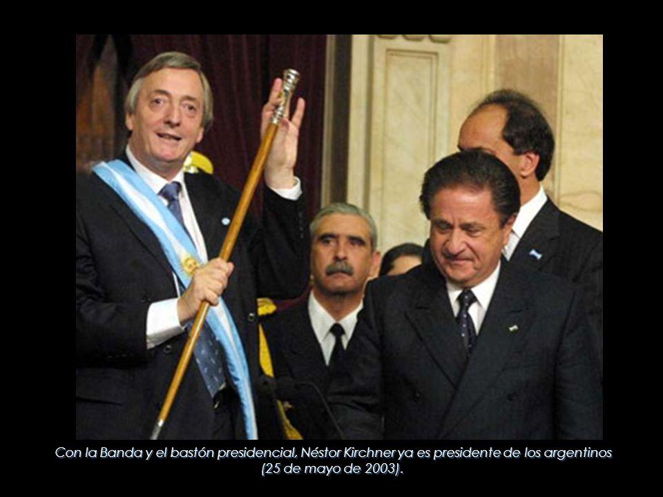 Con la Banda y el bastón presidencial, Néstor Kirchner ya es presidente de los argentinos (25 de mayo de 2003).
