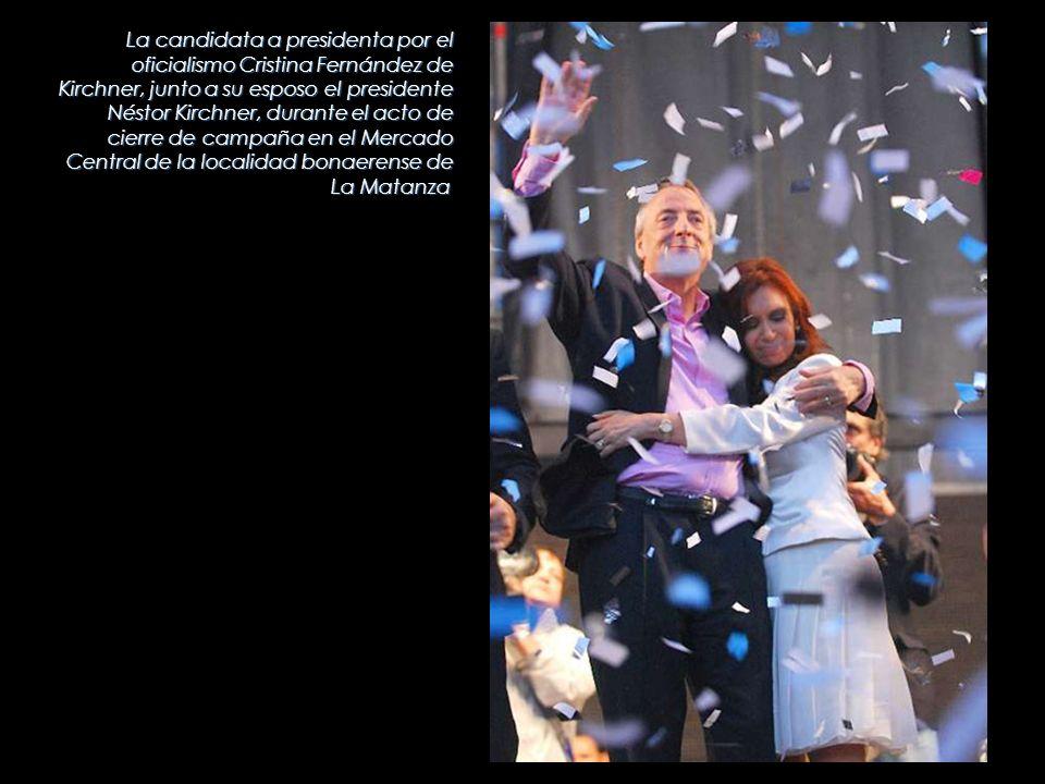 La candidata a presidenta por el oficialismo Cristina Fernández de Kirchner, junto a su esposo el presidente Néstor Kirchner, durante el acto de cierr