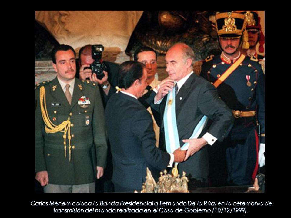 Carlos Menem coloca la Banda Presidencial a Fernando De la Rúa, en la ceremonia de transmisión del mando realizada en el Casa de Gobierno (10/12/1999)