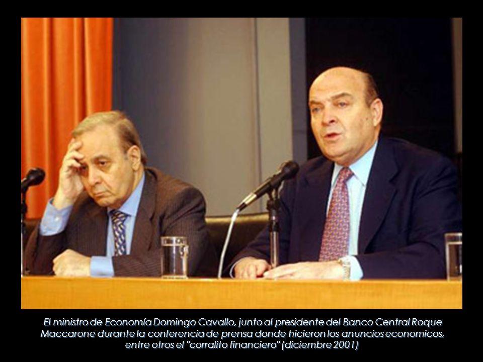 El ministro de Economía Domingo Cavallo, junto al presidente del Banco Central Roque Maccarone durante la conferencia de prensa donde hicieron los anu