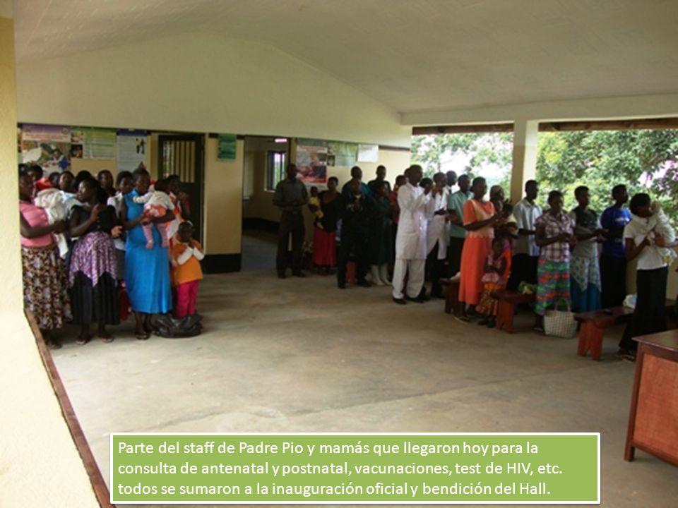 Parte del staff de Padre Pio y mamás que llegaron hoy para la consulta de antenatal y postnatal, vacunaciones, test de HIV, etc.