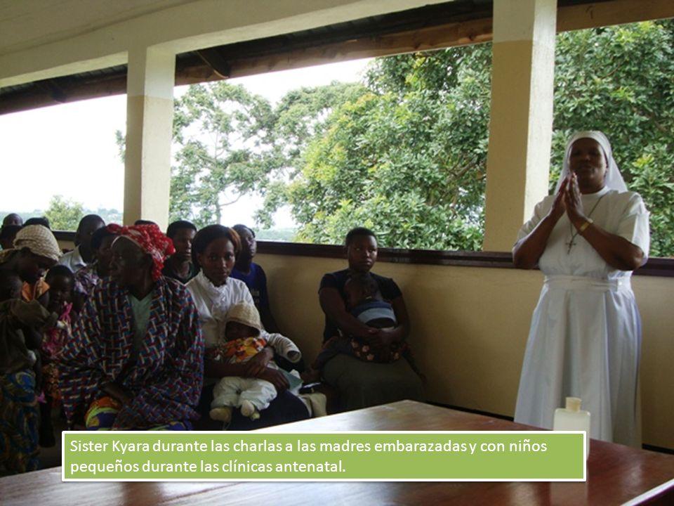 Sister Kyara durante las charlas a las madres embarazadas y con niños pequeños durante las clínicas antenatal.