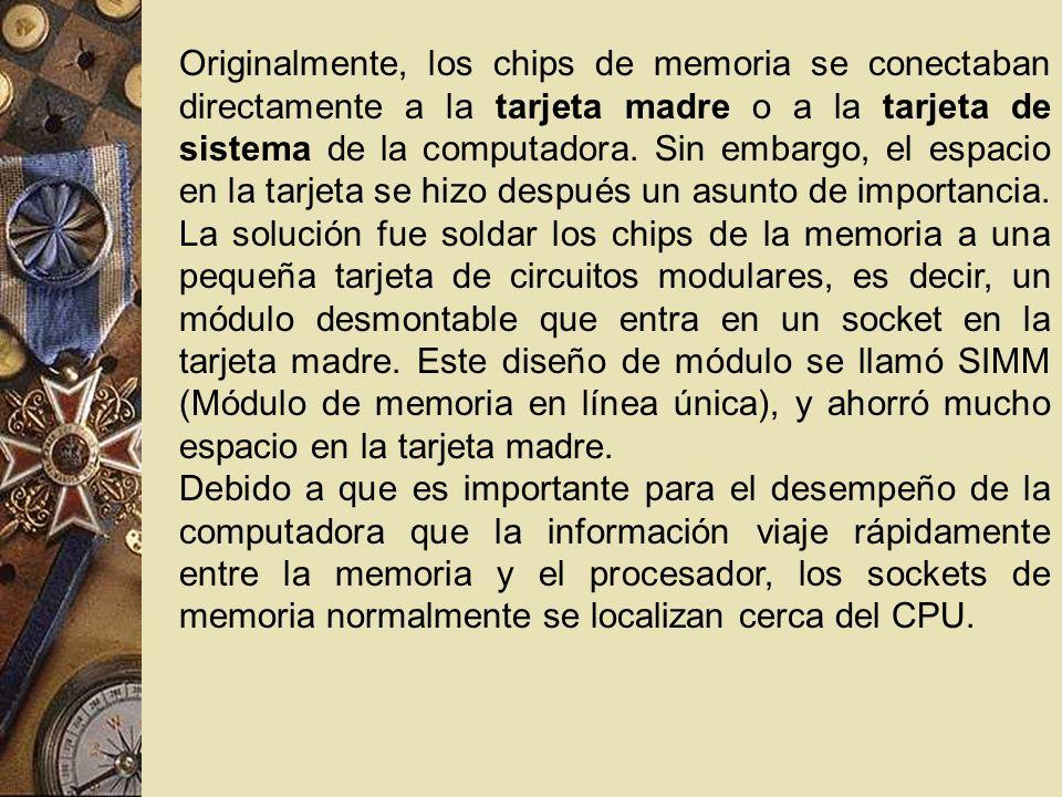 Originalmente, los chips de memoria se conectaban directamente a la tarjeta madre o a la tarjeta de sistema de la computadora. Sin embargo, el espacio