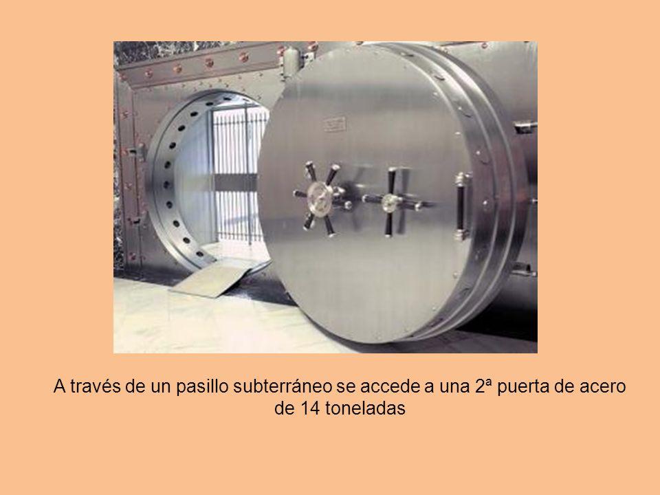 Una vez superada esta puerta se accede a un largo túnel vertical de 36 metros de profundidad (ocho pisos) al que sólo puede bajarse a través de un asc