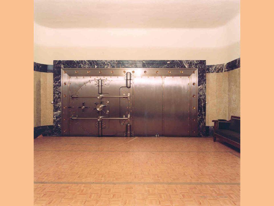 La primera barrera es un gran puerta acorazada de acero oxidable de 16 toneladas de peso