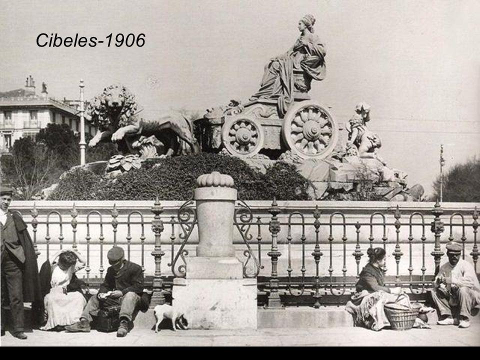La Fuente en su ubicación definitiva, mirando hacia Alcalá y en el centro de la Plaza Cibeles-1898