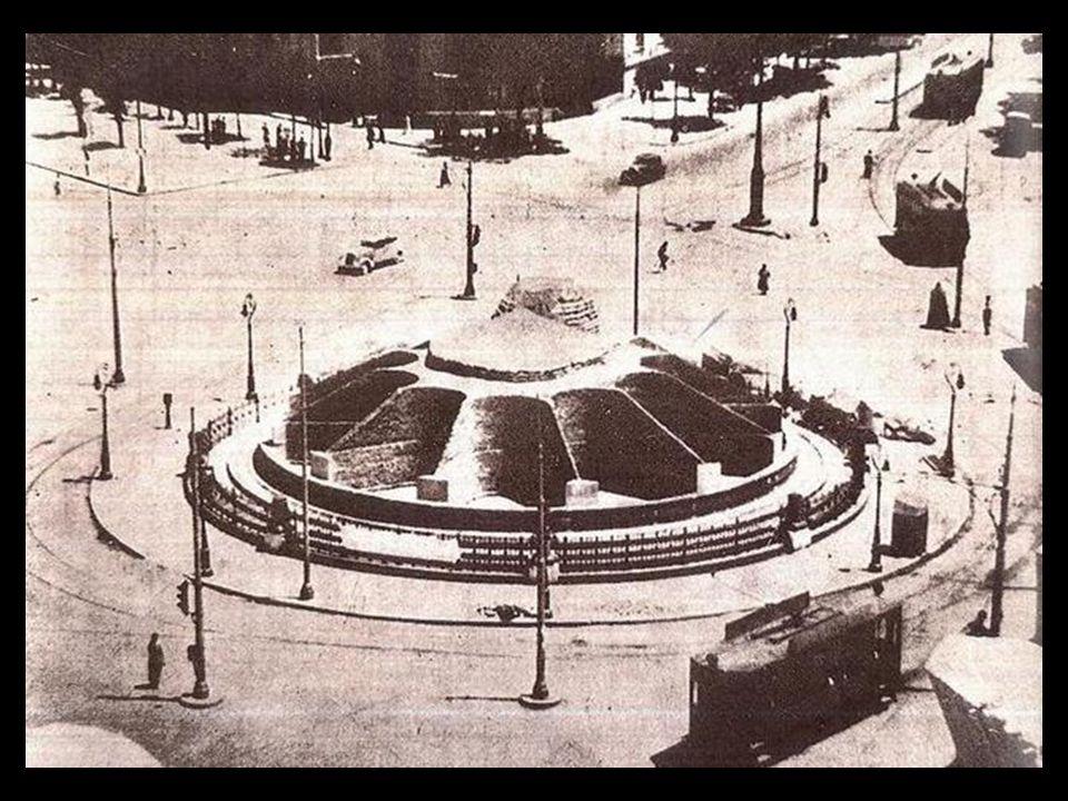 Durante la Guerra Civil Española, el bando republicano, que aún dominaba Madrid, cubrió la fuente de Cibeles para protegerla contra las bombas y dispa