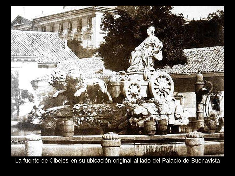 La fuente estuvo en sus orígenes, situada junto al Palacio de Buenavista, y mirando a la de Neptuno y en aquéllos momentos, la Plaza donde está ubicad