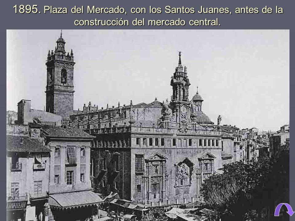 1895. Plaza del Mercado, con los Santos Juanes, antes de la construcción del mercado central.