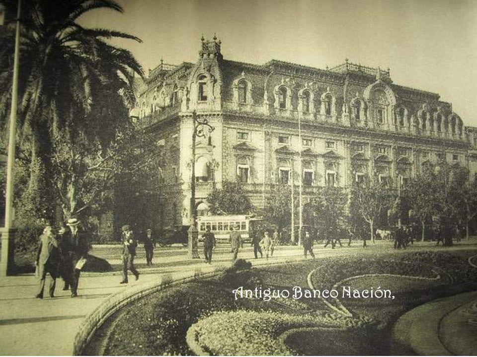 Avenida de Mayo entre Piedras y Tacuarí, En frente se puede observar el Hotel La Argentina (Av. de Mayo 860) así como la entrada y salida de la estaci