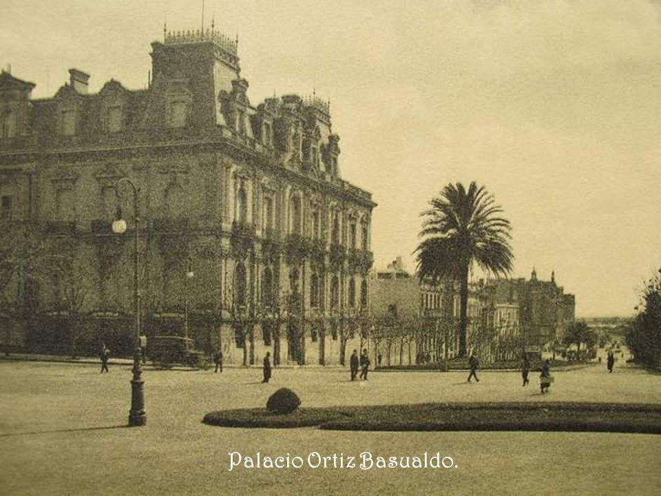 Plaza San Martín. Al fondo, el Plaza Hotel. Del lado izquierdo se puede apreciar el alguna vez hermosísimo Pabellón Argentino que fue expuesto en la E