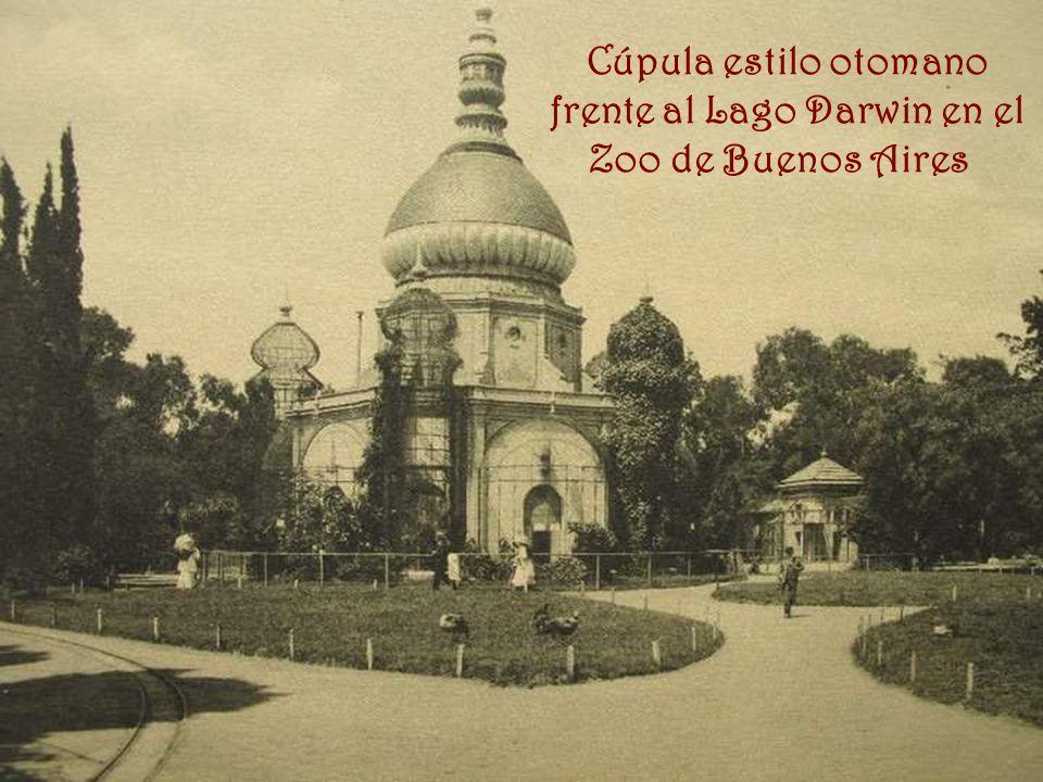 Cúpula estilo otomano frente al Lago Darwin en el Zoo de Buenos Aires