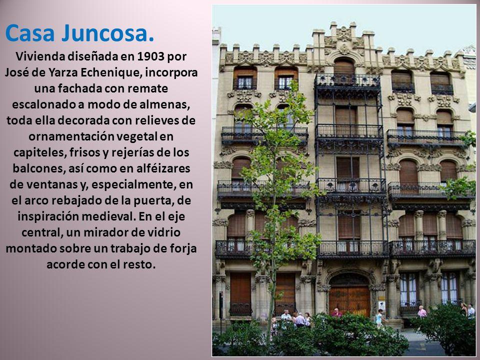 El edificio neomudéjar de Correos fue construido en 1926. Realizado en estilo neogranadino, es el único edificio de sus características que se conserv