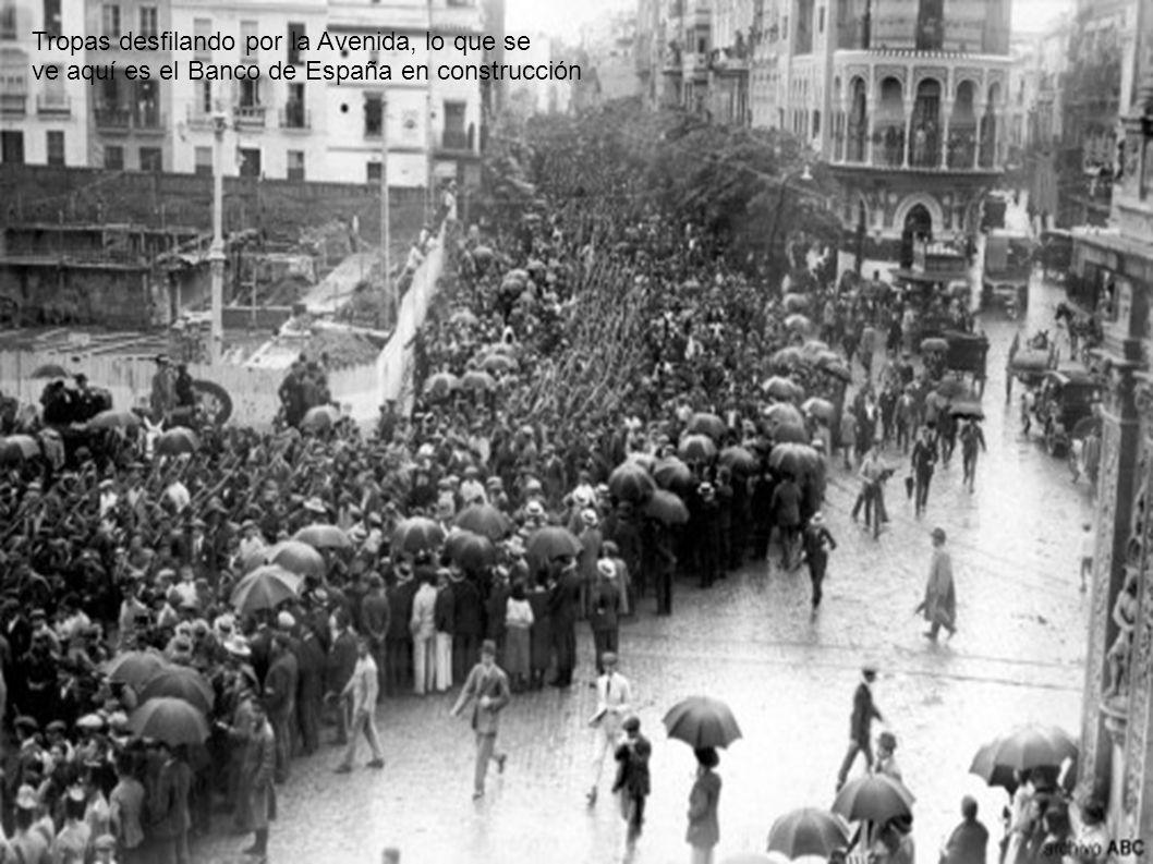 S.M. El Rey Alfonso XIII caminando, lo que se ve al fondo es la calle San Fernando